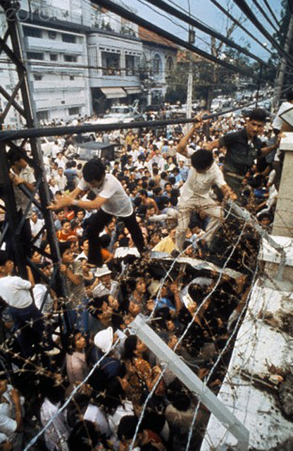 US Marine throws Vietnamese off US Embassy wall, Fall of Saigon, Vietnam War