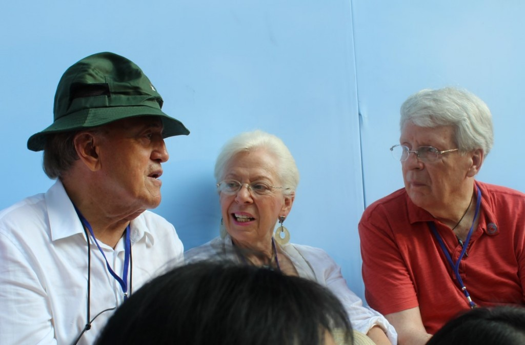 Peter Arnett, Edie Lederer and Bill Reilly at the 40th Anniversary Parade